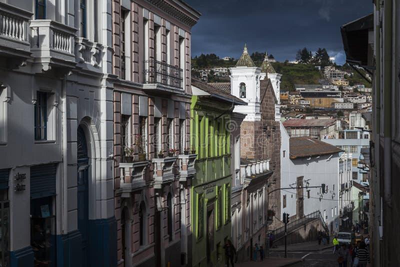 Rua no por do sol, baixa velha de Quito fotografia de stock royalty free
