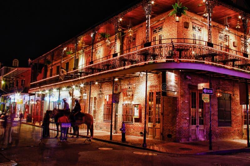 Rua Nova Orleães de Bourbon - churrasqueira dos Embers imagens de stock