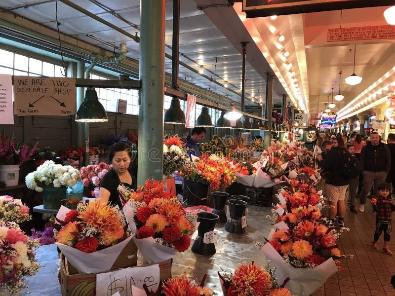 Rua ocupada colorida do lugar de Pike em Seattle, Washington State fotos de stock royalty free