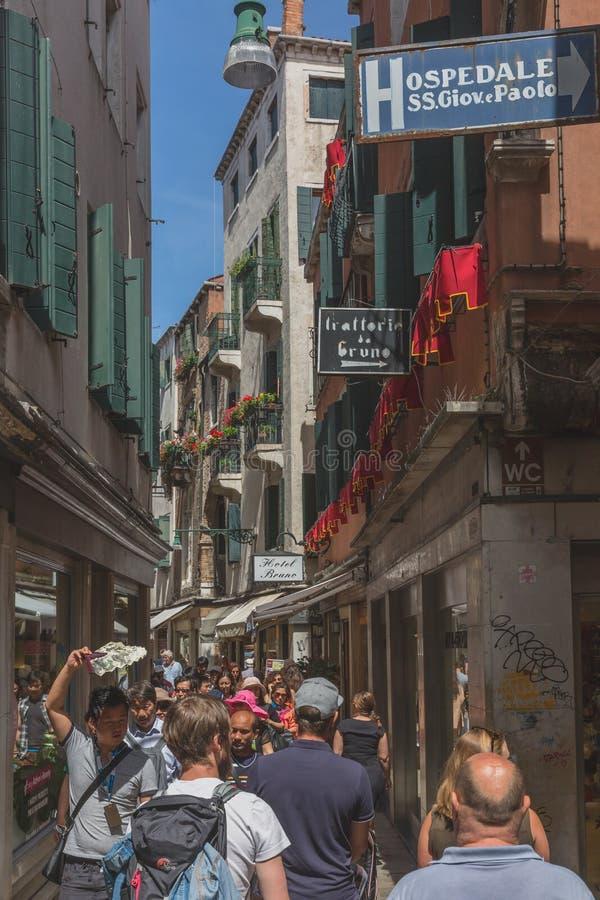 Rua ocupada da aleia enchida com os turistas imagens de stock