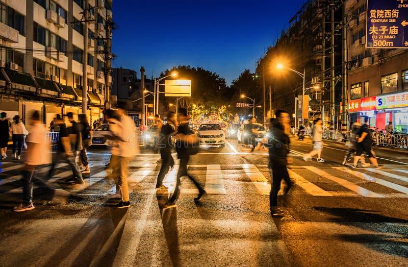 Rua ocupada da noite do templo de Confucius imagem de stock royalty free