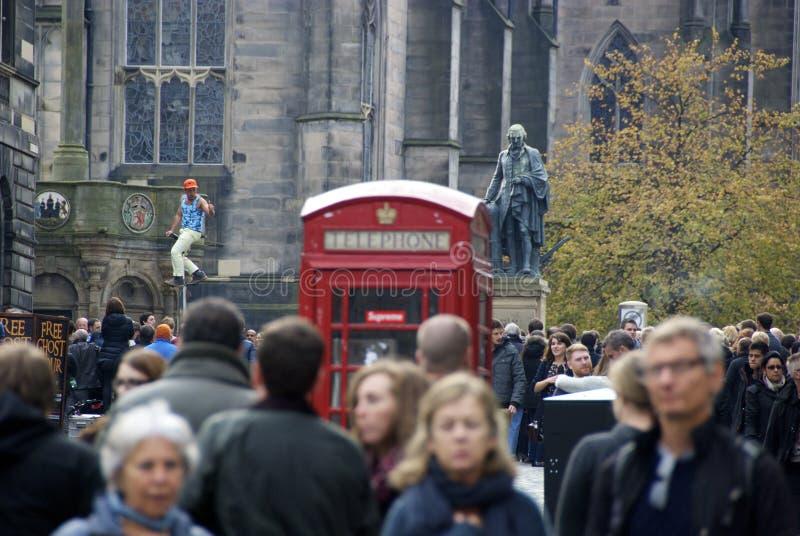 Rua ocupada de Edimburgo imagens de stock