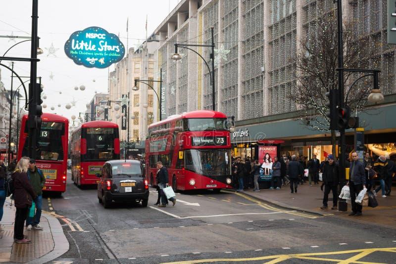 Rua ocupada de Londres - Oxford no período do Natal imagem de stock royalty free