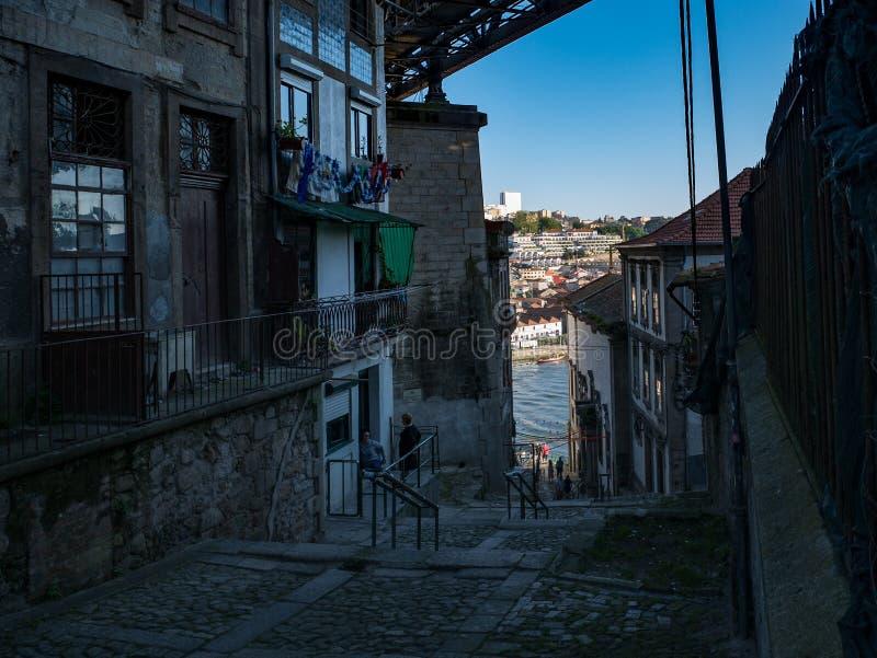 Rua para trás cobbled velha em Porto, Portugal com construções tradicionais fotografia de stock royalty free