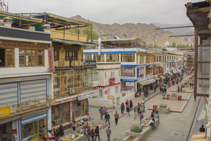 Rua pedestre de compra para turistas imagens de stock royalty free