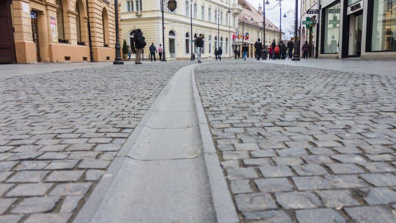 Rua pedestre principal em Sibiu, Romênia foto de stock royalty free