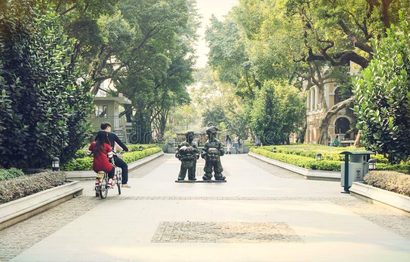 Rua pequena da cidade, rua urbana dentro na cidade, opinião da rua de China imagens de stock royalty free