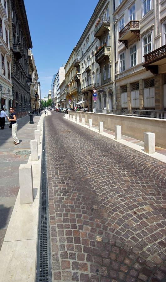 Rua pequena em Budapest imagens de stock royalty free