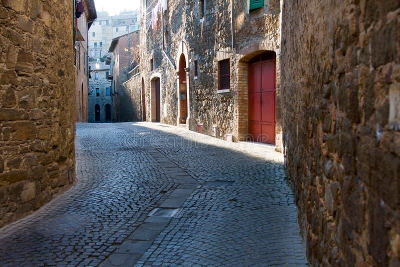 Rua pequena em Montalcino imagens de stock