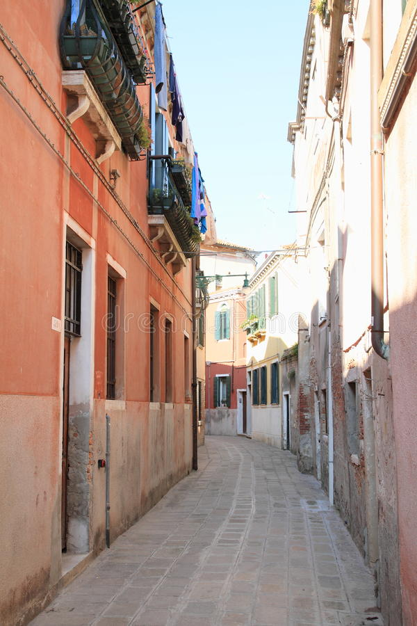 Rua pequena em Veneza fotos de stock