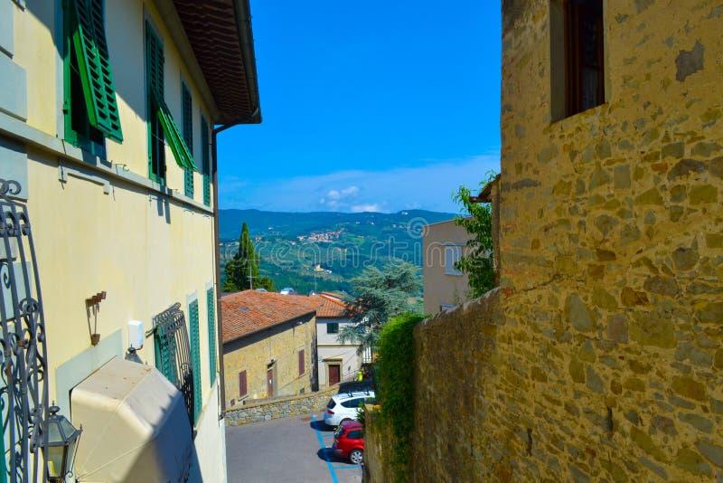 Rua pequena, estreita e colorida em Fiesole, Itália imagem de stock royalty free