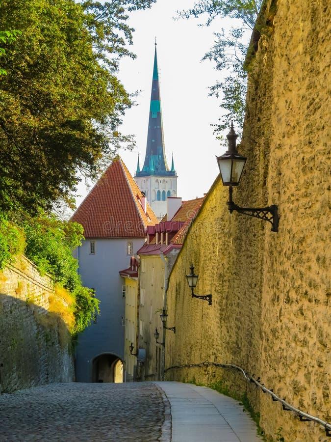 Rua pequena na cidade velha cedo na manhã imagem de stock