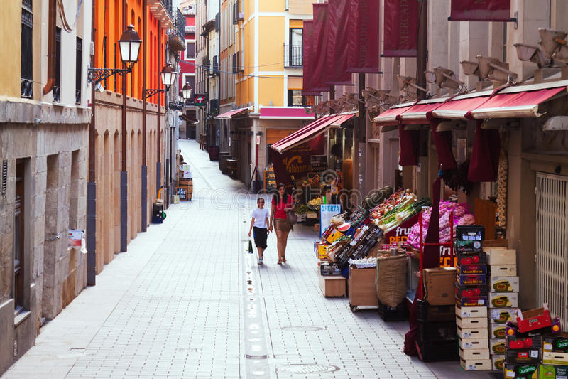 Rua perto do mercado do distrito velho Logrono fotos de stock