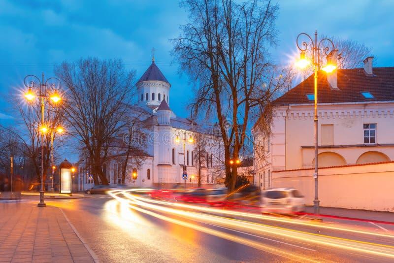 Rua pitoresca na noite, Vilnius, Lituânia imagens de stock royalty free