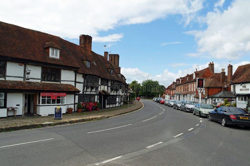 Rua principal da vila de Biddenden, bar vermelho do leão imagem de stock royalty free