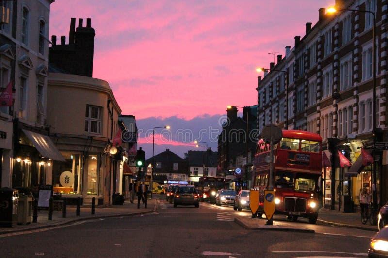 Rua principal da vila de Wimbledon no crepúsculo foto de stock royalty free