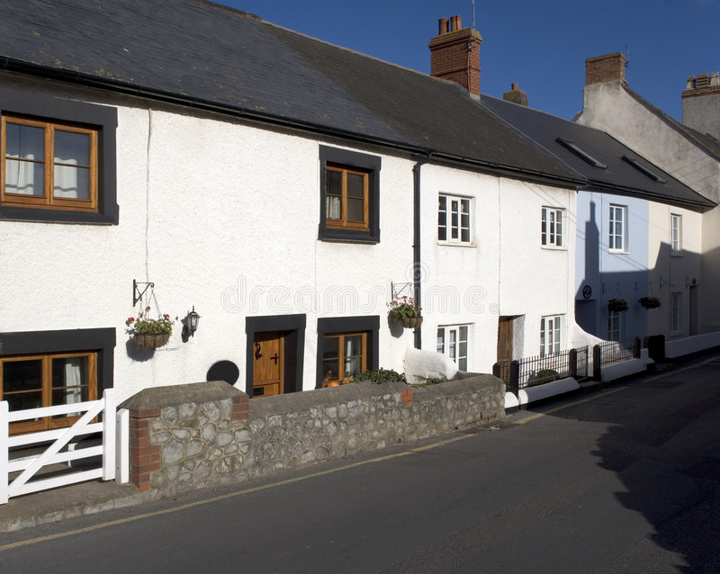 Rua principal das casas de campo brancas imagens de stock