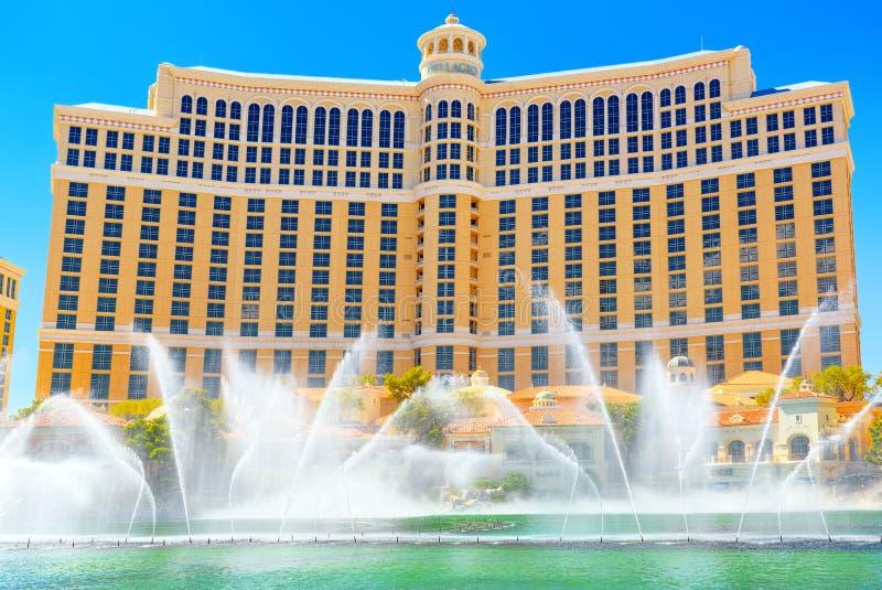 A rua principal de Las Vegas é a tira Casino, hotel e recurso Bellagio fotografia de stock