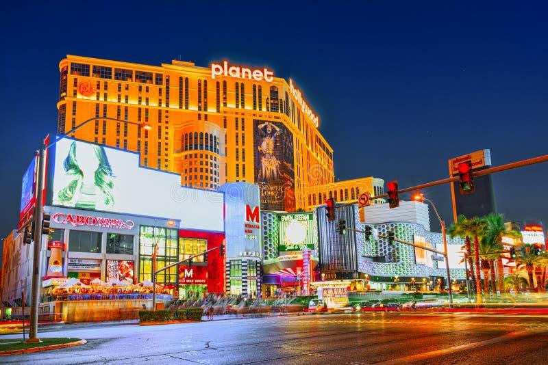 A rua principal de Las Vegas-está a tira em nivelar o tempo Casino, hotel e recurso Planet Hollywood imagens de stock royalty free