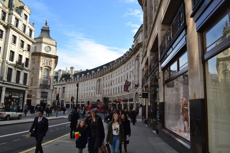Rua principal de Londres em um dia ensolarado foto de stock royalty free