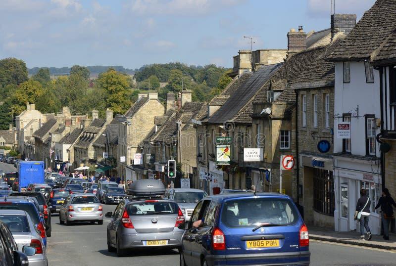 Rua principal em Burford, Oxfordshire, Inglaterra foto de stock