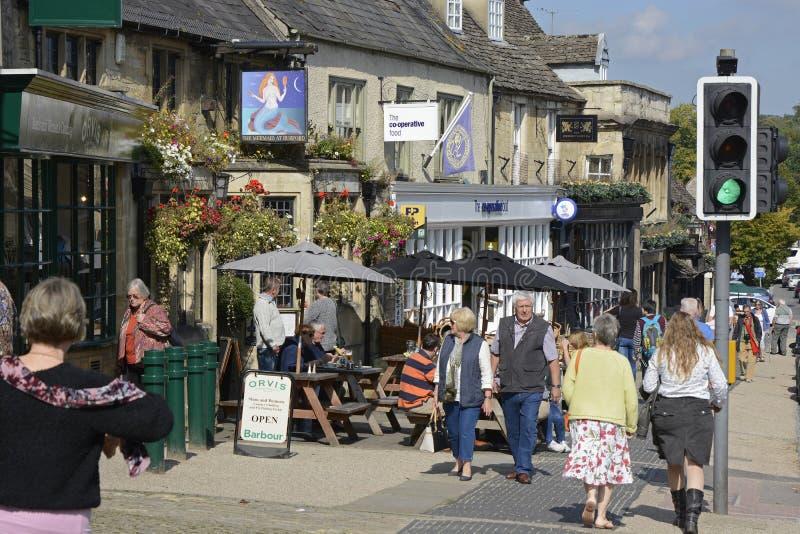 Rua principal em Burford, Oxfordshire, Inglaterra fotos de stock royalty free