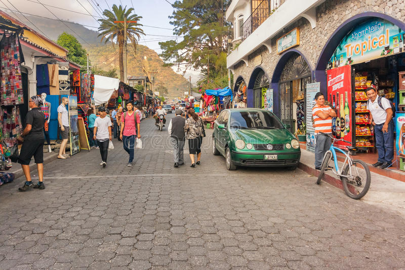 Rua principal na cidade ocupada do turista de Panajachel, Guatemala fotos de stock royalty free