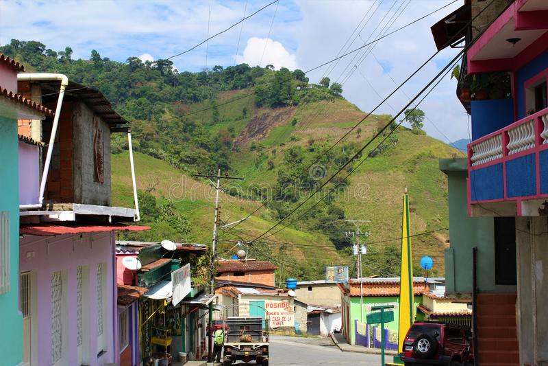 A rua principal na vila agrícola minúscula de Batatal nas montanhas de Andes de Trujillo, Venezuela fotografia de stock