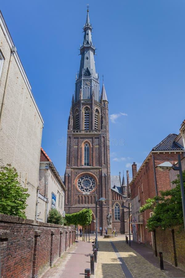 Rua que conduz à igreja de Bonifatius em Leeuwarden imagem de stock