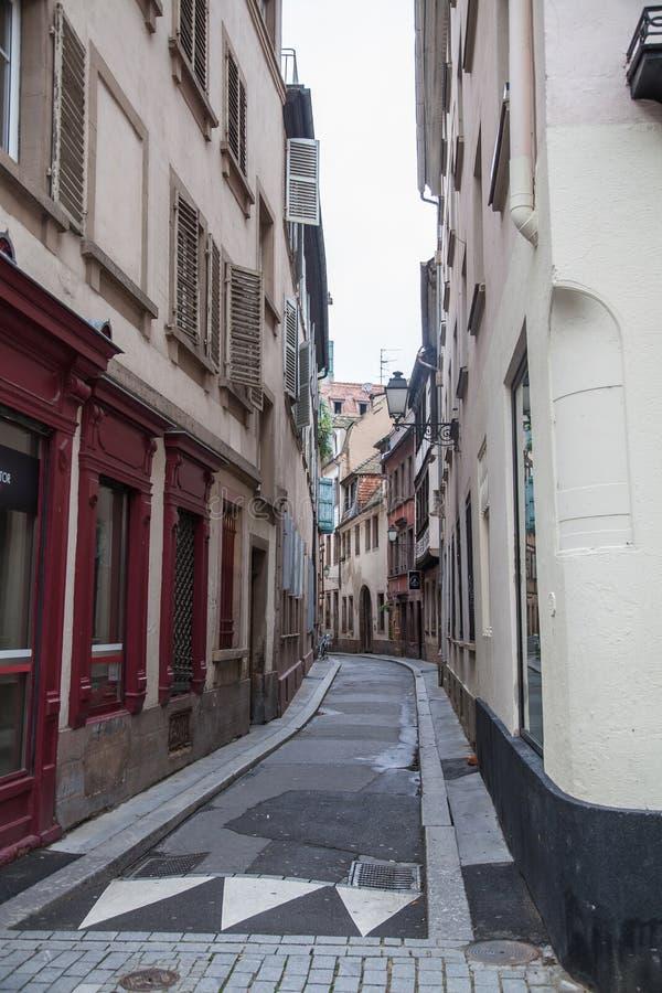 Rua quieta de Nerrow em Strasbourg, França fotografia de stock