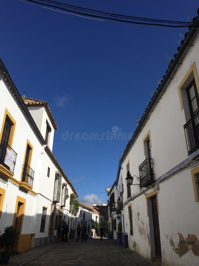 A rua quieta em Córdova alinhou com casas branco-lavadas fotografia de stock