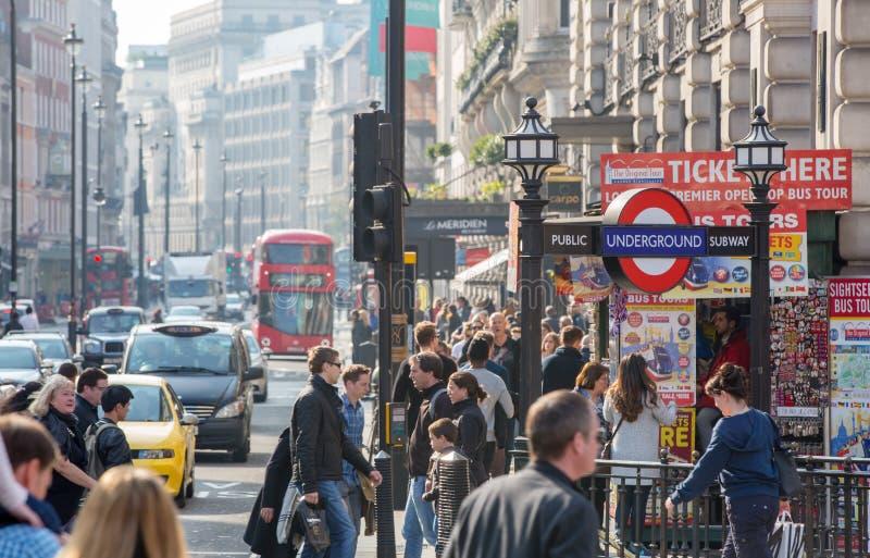 Rua regente decorada com bandeiras britânicas Lotes do passeio e do transporte dos povos na estrada Londres, Reino Unido imagens de stock