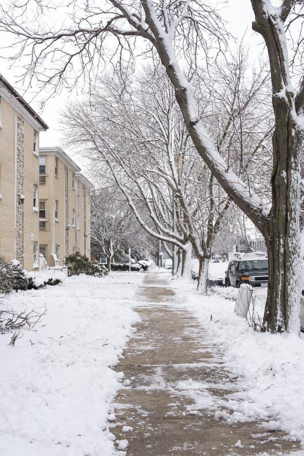 Rua residencial com prédios de apartamentos do tijolo no dia de inverno nevado em Chicago, Illinois, EUA imagens de stock royalty free