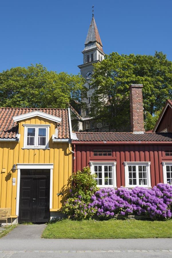 A rua residencial de madeira colorida abriga Bakklandet Trondheim imagem de stock
