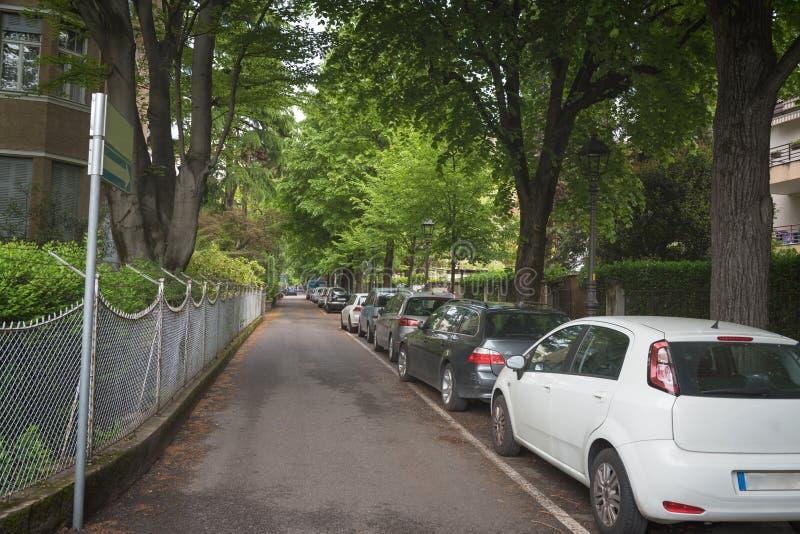 Rua residencial suburbana com casas modernas fotos de stock royalty free
