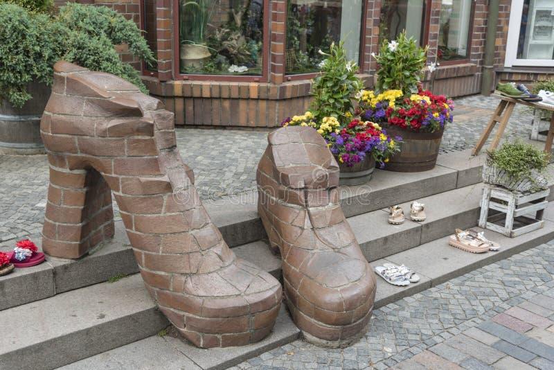Rua Rostock Alemanha de Kropeliner da exposição da sapataria foto de stock