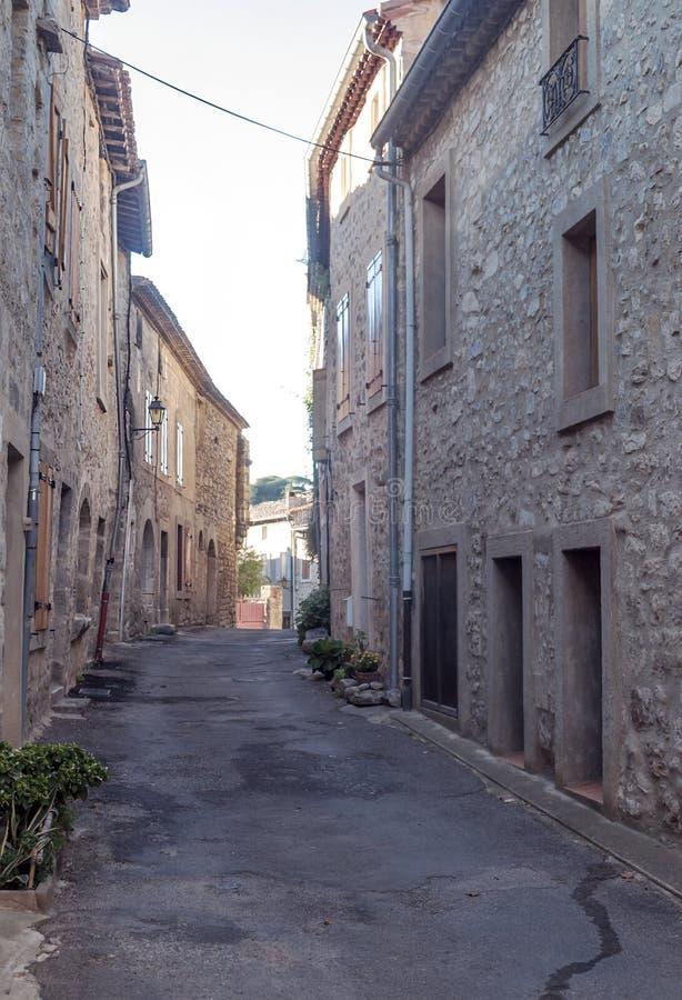 Rua rural em Lagrasse imagens de stock