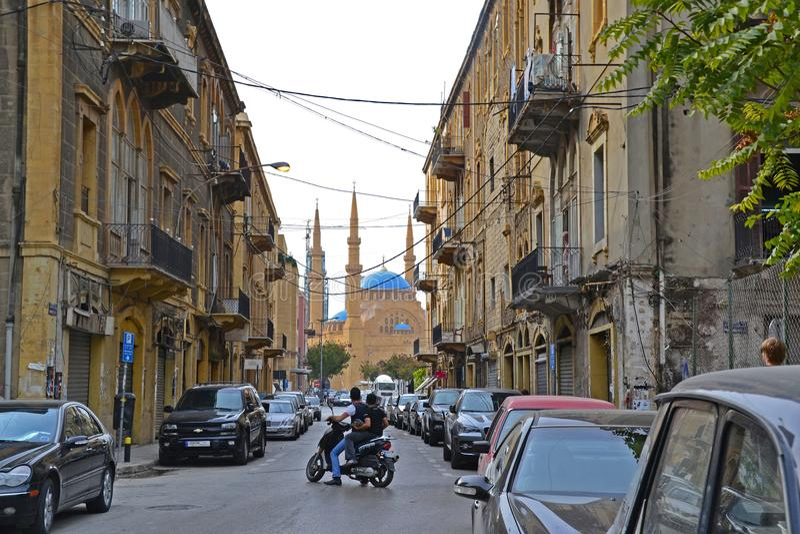 Rua secundária do centro de Beirute que conduz a Mohammad Al-Amin Mosque imagens de stock
