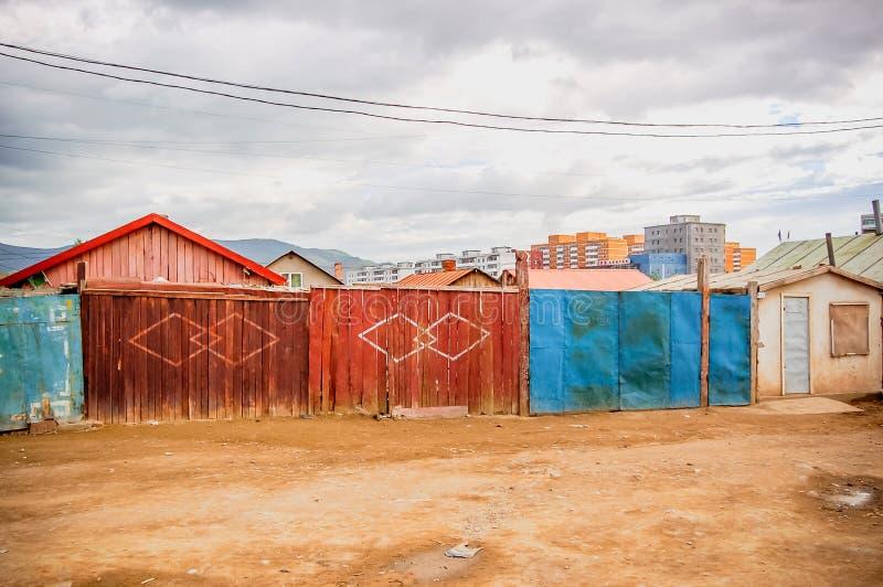 Rua secundária típica da sujeira em Ulaanbaatar, Mongólia imagens de stock royalty free