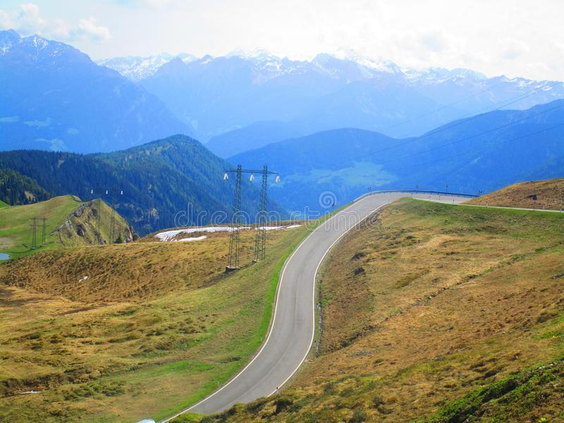 Rua sob montanhas europeias fotos de stock