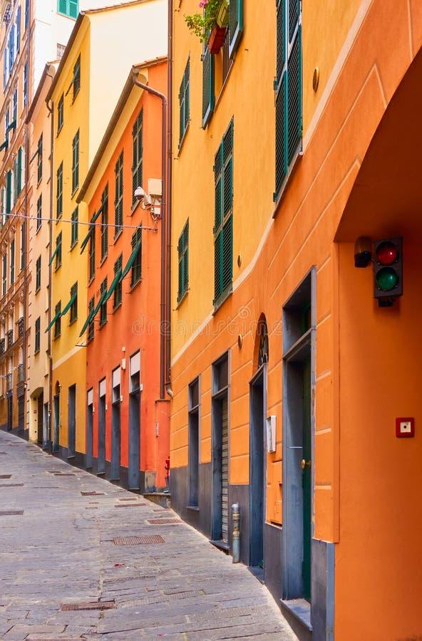 Rua subida velha em Genoa fotografia de stock