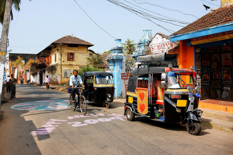 A rua suny na cidade índia Kochi imagem de stock
