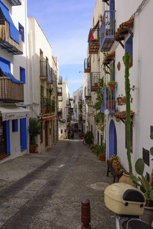 Rua típica da cidade de Peñiscola imagem de stock