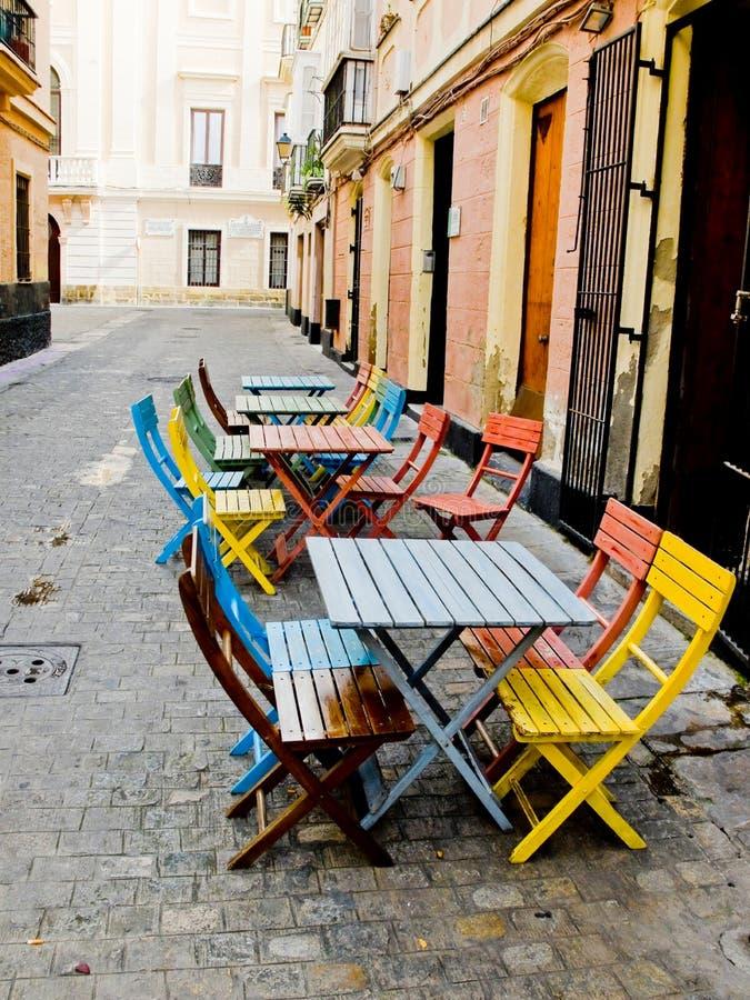 Rua típica da cidade velha de Cadiz A Andaluzia, Espanha imagem de stock royalty free