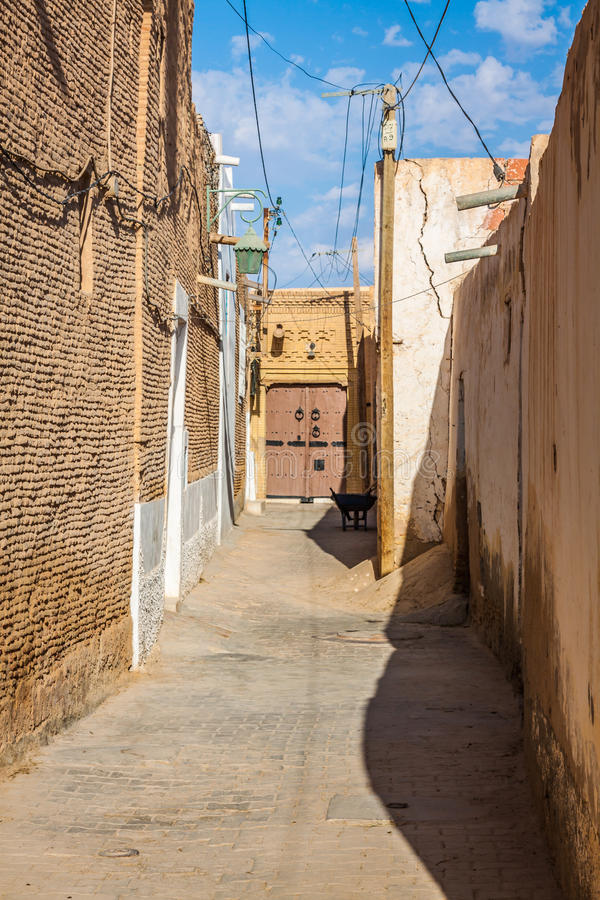 Rua típica de Gafsa, Tunísia imagens de stock