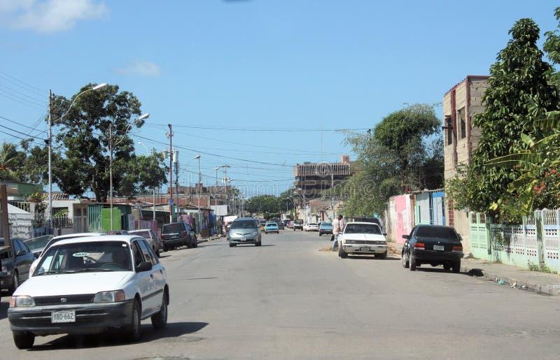 Rua típica na cidade de Cumana fotografia de stock