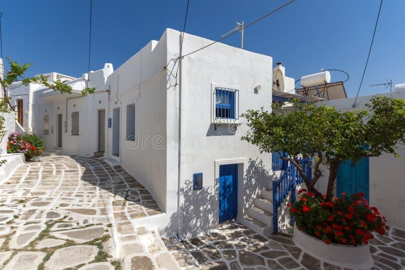 Rua típica na cidade de Naoussa, ilha de Paros, Grécia imagem de stock