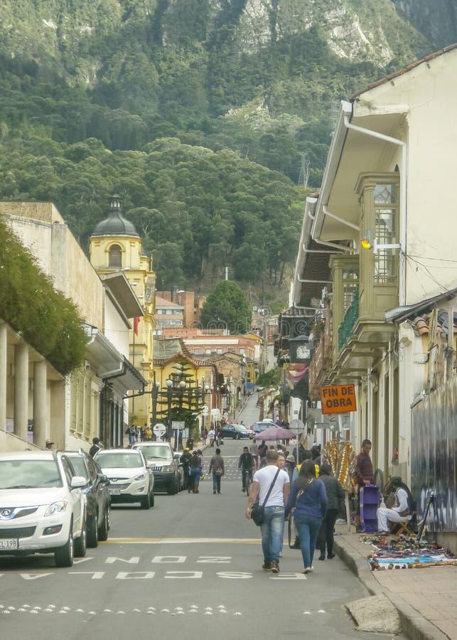 Rua tradicional no centro histórico de Bogotá Colômbia imagem de stock