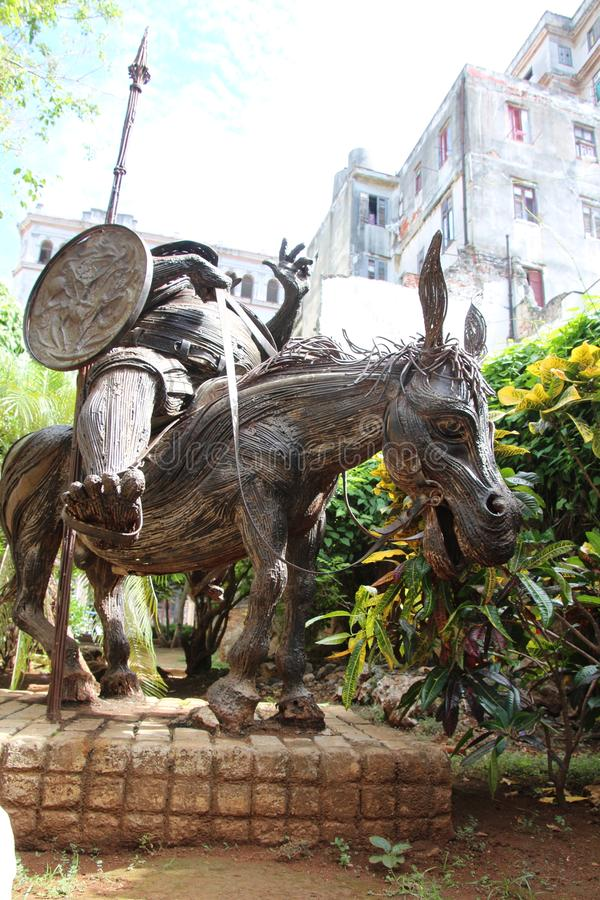 Rua turística no La Havana, Cuba, estátua de Sancho Panza fotos de stock