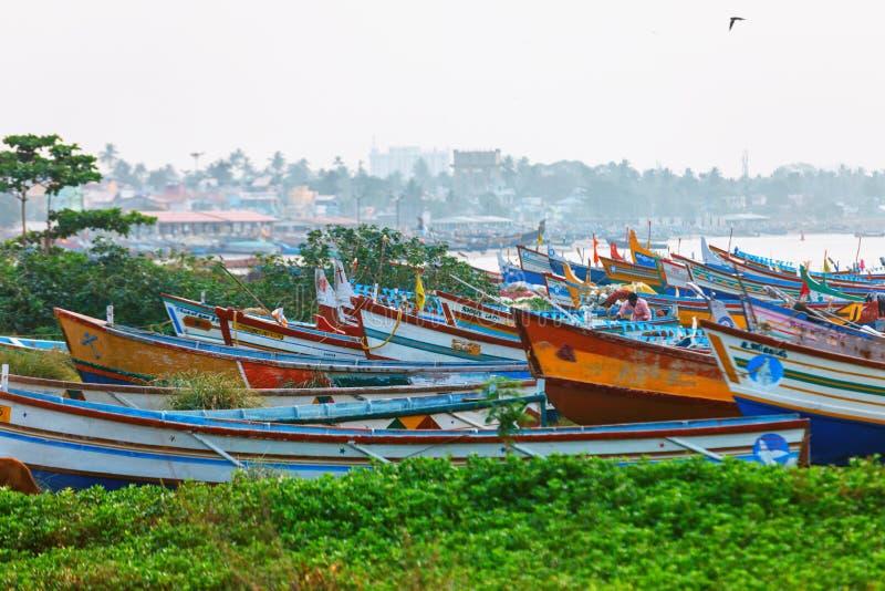 Rua Typic do fuzileiro naval do cais de Kollam perto dos barcos de pesca na praia de Kollam, Índia imagens de stock royalty free